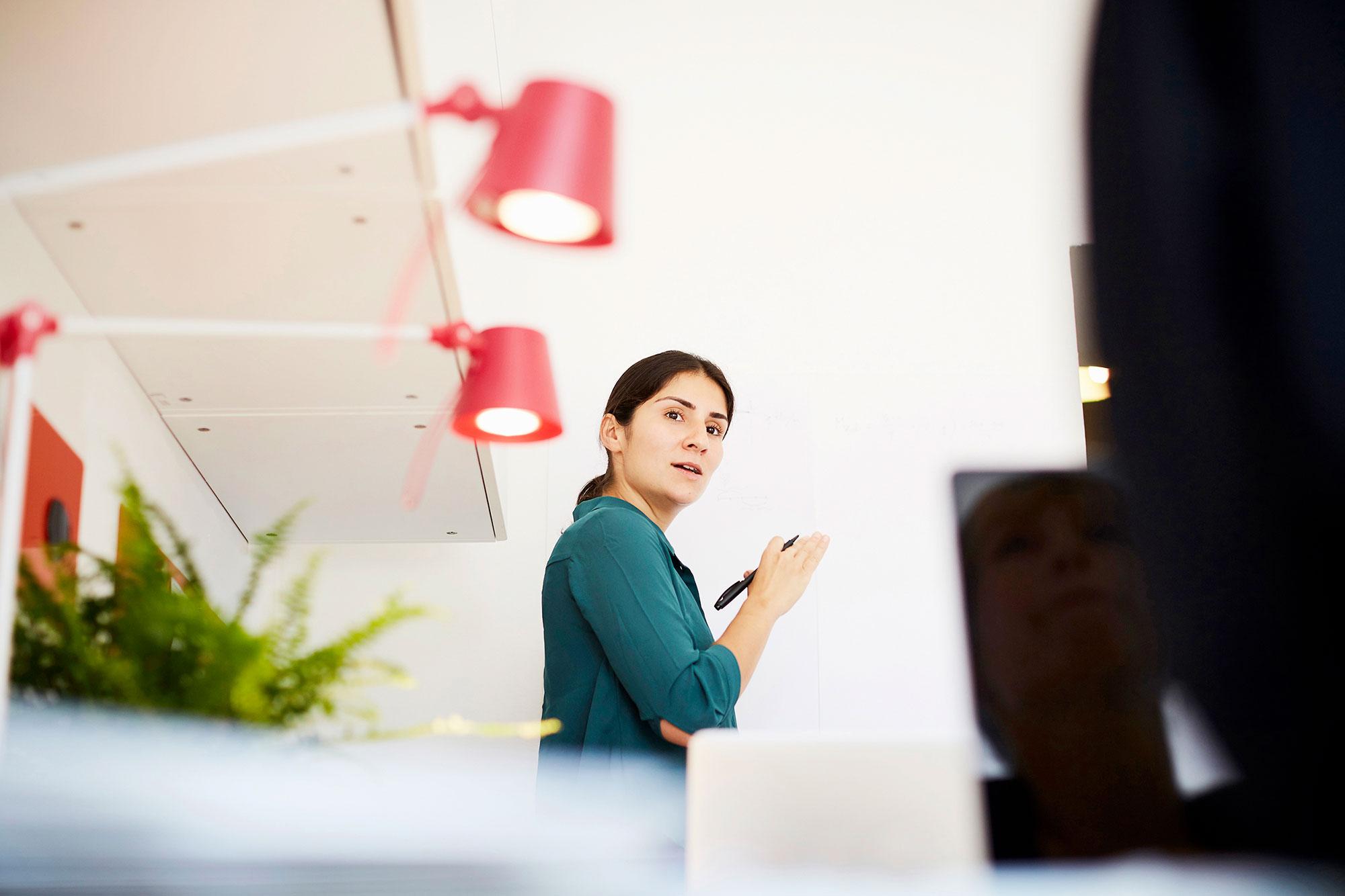 Person i ett kontor håller i en penna