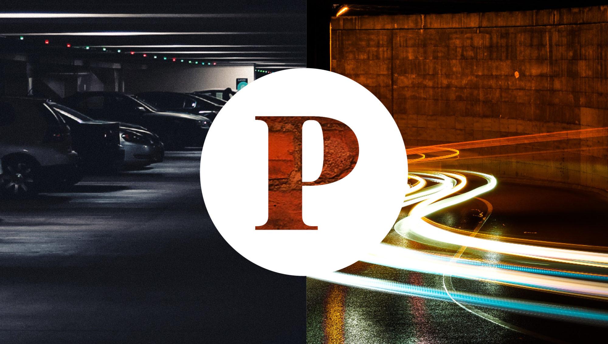 Parkeringsgarage till vänster och billyktor till höger om ett dekorativt P